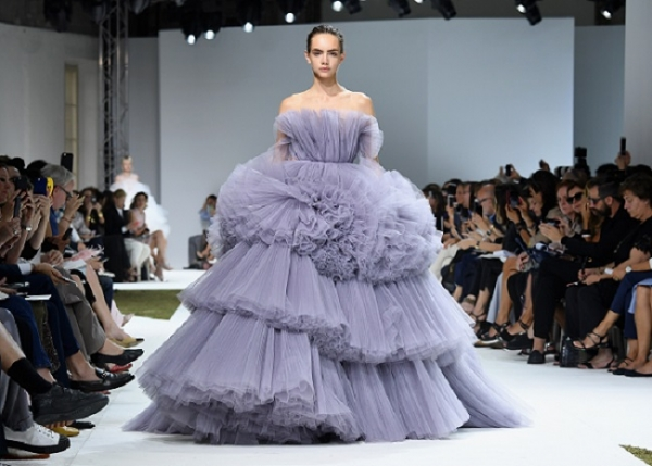 http://numerique.meudon.fr/wp-content/uploads/2016/04/giambattista-valli-haute-couture-fall-winter-2016-2017-paris-fashion-week.jpg